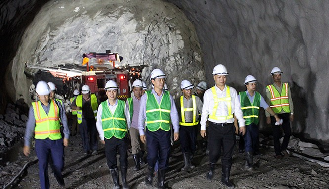 Ngày 25/10, đoàn công tác của Bộ GTVT do Thứ trưởng Lê Đình Thọ dẫn đầu đã đi kiểm tra hiện trường thi công mở rộng hầm Hải Vân 2, kiểm tra các vết nứt ở hầm Hải Vân 1 và chỉ đạo chủ đầu tư triển khai các giải pháp đảm bảo an toàn và tiếp tục theo dõi các