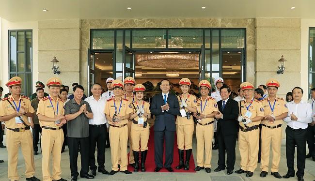 Lực lượng CSGT làm nhiệm vụ tại APEC 2017 chụp ảnh lưu niệm với Chủ tịch nước Trần Đại Quang