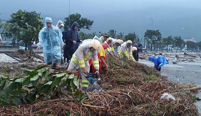 Lực lượng công an Đà Nẵng ra quân khắc phục bão số 12