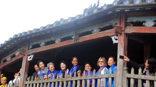 Sáng 11/11, đoàn phu nhân, phu quân lãnh đạo APEC 2017 đã có chuyến thăm phố cổ Hội An (Quảng Nam), ngắm Chùa Cầu và thưởng lãm không gian văn hóa nơi đây