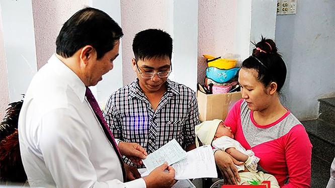 Đã có 8.705 trẻ em tại Đà Nẵng được trao giấy khai sinh, thẻ bảo hiểm y tế, hộ khẩu tại gia đình.