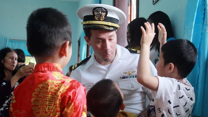 Sáng 6/3, trong khuôn khổ chuyến thăm của đội tàu sân bay USS Carl Vinson (CVN-70) đến Đà Nẵng, Ban nhạc của Hạm đội 7 Hải Quân Mỹ đã có buổi thăm và giao lưu với trẻ em ở Làng trẻ SOS TP.Đà Nẵng.