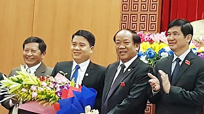Ông Trần Văn Tân (thứ ba từ phải sang), chính thức trở thành Phó Chủ tịch UBND tỉnh Quảng Nam ở tuổi 39