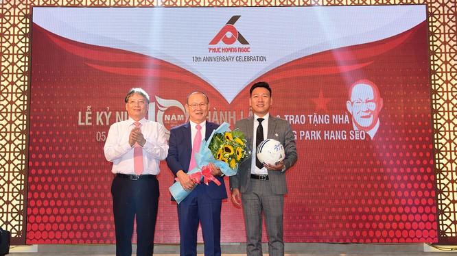 Phó Chủ tịch UBND TP Đà Nẵng Nguyễn Ngọc Tuấn và HLV Park Hang Seo tại buổi trao tặng nhà do Công ty Phúc Hoàng Ngọc thực hiện