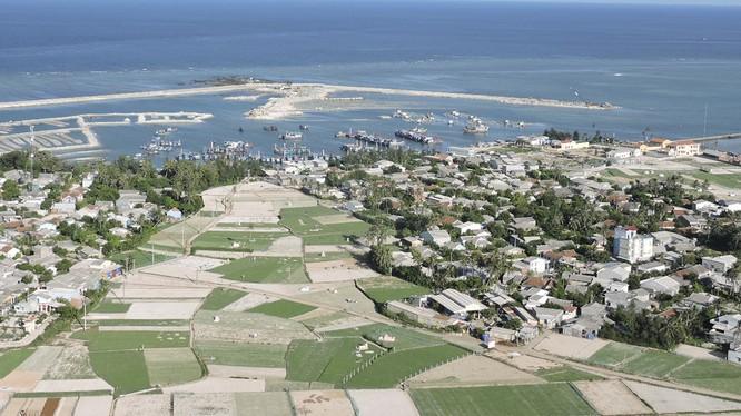 Đảo Lý Sơn nhìn từ trên cao (ảnh Văn Mịnh)