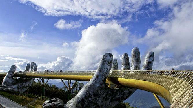Cầu Vàng trên đỉnh Bà Nà - Đà Nẵng đang là điểm đến được du khách trong và ngoài nước quan tâm