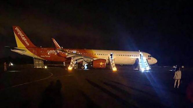 Máy bay của Vietjet gặp sự cố nghiêm trọng khiến hành khách phải thoát hiểm bằng cửa phao khi máy bay đáp xuống sân bay Buôn Ma Thuột (ảnh bạn đọc)