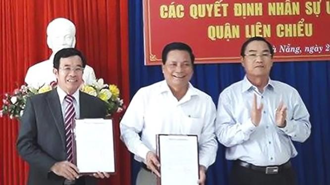 Ông Đàm Quang Hưng (bìa trái) và ông Dương Thành Thị (đứng giữa) tại buổi công bố quyết định nhân sự UBND quận Liên Chiểu. (Ảnh: Việt Dũng)