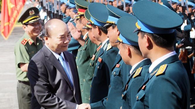 Thủ tướng Nguyễn Xuân Phúc thăm và chúc Tết Sư đoàn Không quân 372.