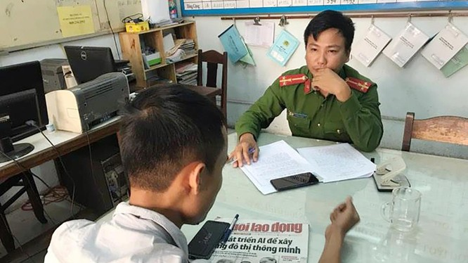 Phóng viên Trần Văn Quyên, công tác tại Báo Người Lao động-Văn phòng miền Trung trình báo sự việc tạo cơ quan công an