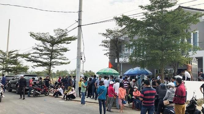 Người mua tập trung đòi quyền lợi tại trụ sở của Công ty CP Bách Đạt An tại khu đô thị Điện Nam-Điện Ngọc, tỉnh Quảng Nam