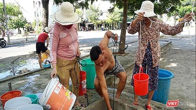 Đà Nẵng lại thiếu nước sinh hoạt, người dân phải chắt chiu, hứng từng xô nước