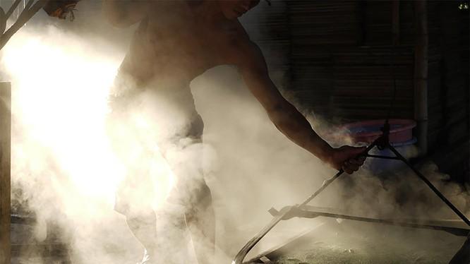 Công đoạn sản xuất nước nắm tại Làng nước mắm Nam Ô-Đà Nẵng (ảnh danangfantasticity.com)