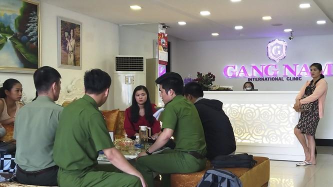 Lực lượng Công an ghi nhận vụ việc 7 phụ nữ kéo đến cơ sở Viện thẩm mỹ quốc tế Gang Nam - chi nhánh Đà Nẵng phản ứng vì làm đẹp không hiệu quả (ảnh cơ quan công an cung cấp)