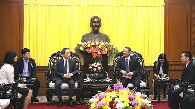 Tân Tổng Lãnh sự Hàn Quốc tại Đà Nẵng - ông Ahn Min Sik (người thứ 3 từ trái sang) tại chuyến thăm và chào xã giao Bí thư Thành ủy Đà Nẵng Trương Quang Nghĩa.