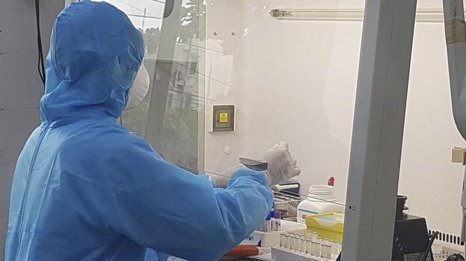 Xét nghiệm bệnh phẩm tại CDC Quảng Nam (ảnh DL)