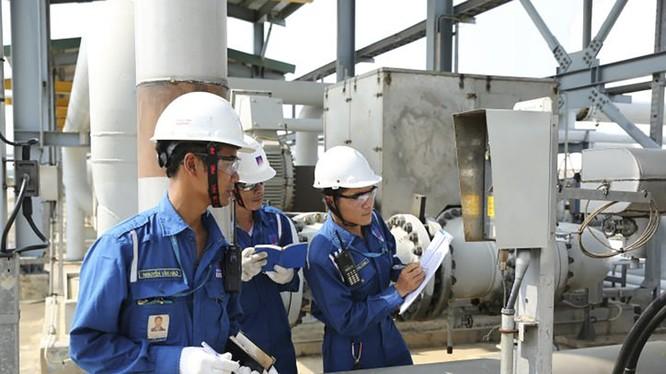 Các kỹ sư vận hành của Nhà máy Lọc dầu Dung Quất. Ảnh: Anh Nguyễn/BNEWS/TTXVN