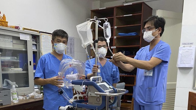Ê kíp bác sỹ của Bệnh viện Chợ Rẫy cùng thiết bị y tế ra Đà Nẵng cùng Bệnh viện Đà Nẵng điều trị cho bệnh nhân mắc COVID-19 thứ 416 (ảnh Bệnh viện Chợ Rẫy)