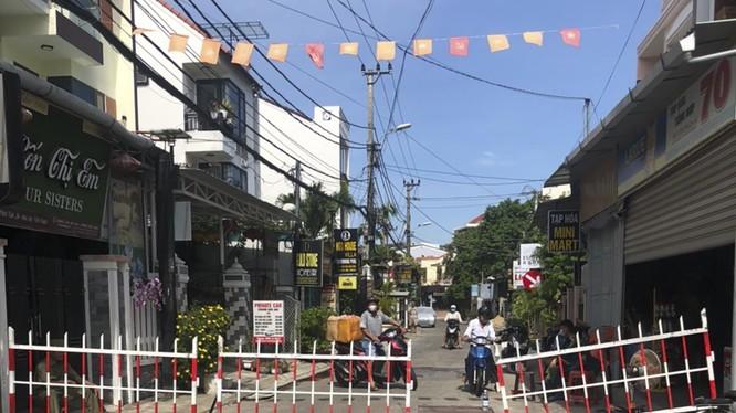 Đường dẫn vào khu vực khối phố An Hội (TP Hội An, Quảng Nam) được thiết lập rào chắn, hạn chế người ra vào khu vực.