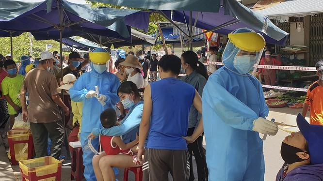 Lực lượng y tế lấy mẫu xét nghiệm COVID-19 đối với tiểu thương và người dân liên quan đến chợ Nại Hiên Đông, quận Sơn Trà, TP Đà Nẵng