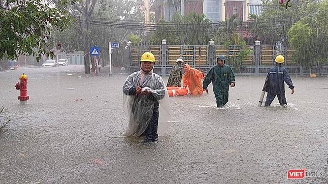 Mưa lớn kéo dài, đường phố Đà Nẵng ở một số khu vực bị ngập nặng nề