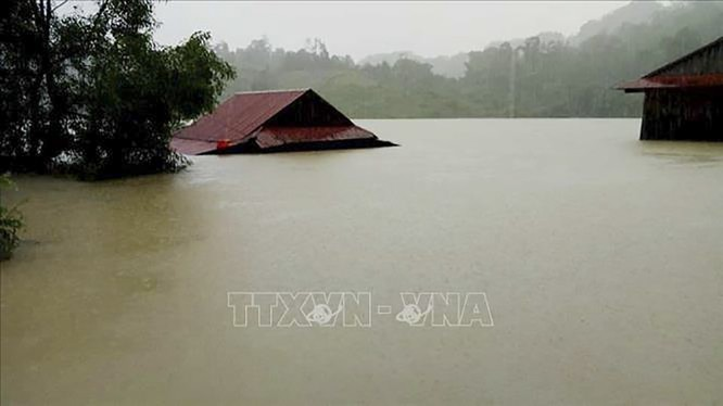 Mưa lũ nhấn chìm nhà dân ở Quảng Bình (ảnh TTXVN)