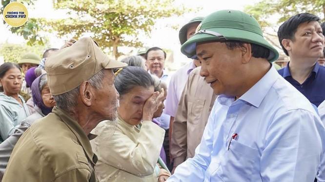 Thủ tướng Chính phủ Nguyễn Xuân Phúc trong chuyến thăm người dân vùng lũ tỉnh Quảng Bình (Ảnh: VGP)