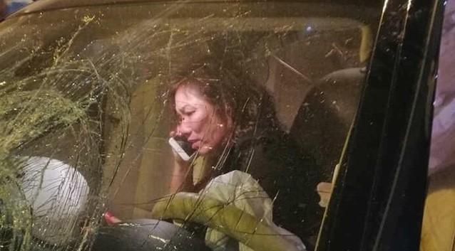 Bà Nguyễn Thị Nga ngồi trong xe ngay sau khi tai nạn vừa xảy ra.