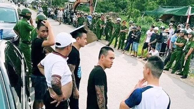 Nhóm đối tượng liều lĩnh vây, chặn xe chở công an Đồng Nai trên đường, chỉ vì một va chạm nhỏ trong nhà hàng trước đó