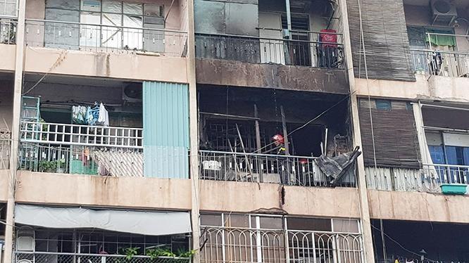 Lực lượng chức năng đang tiếp cận hiện trường ứng cứ người dân bị mắc kẹt trong đám cháy.