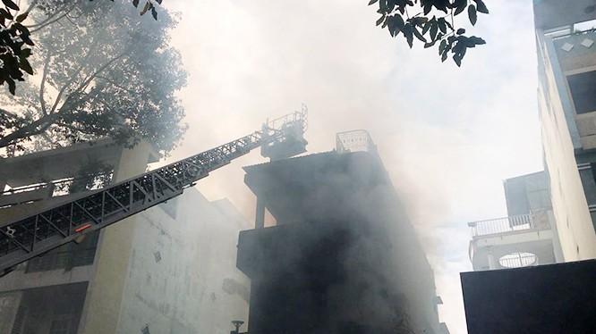 Lực lượng PCCC phải dung xe thang chuyên dung tiếp cận nóc ngôi nhà bị cháy ở Q.5 (TP.HCM) sáng nay.