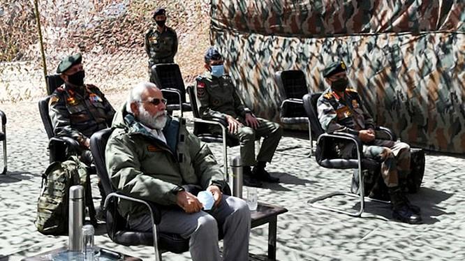 Thủ tướng Ấn Độ Modi thị sát Ladakh, điểm nóng xung đột với Trung Quốc (Ảnh: Reuters)