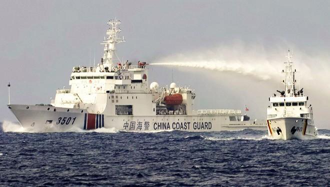 Tàu hải cảnh 3501 của Trung Quốc phun nước vào tàu KN-474 của chi đội Kiểm ngư 4 tiếp cận ngăn cản tàu Hải Dương Địa chất 8 xâm phạm chủ quyền Việt Nam tại bãi Tư Chính (Ảnh: Thanh niên)