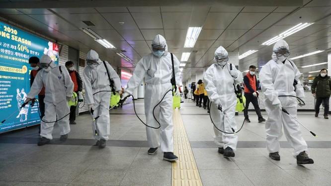 Nhân viên y tế phun thuốc khử trùng phòng chống Covid-19 tại một nhà ga ở Seoul, Hàn Quốc (Ảnh: AP)
