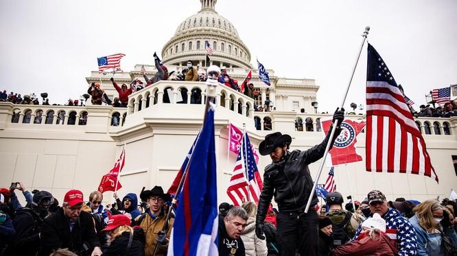 Đám đông người biểu tình ủng hộ Trump tràn vào Điện Capitol hôm 6/1. (Ảnh: AP)