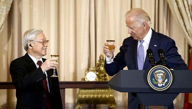Ông Joe Biden, khi đó là Phó Tổng thống, nâng ly chúc mừng Tổng Bí thư Nguyễn Phú Trọng trong buổi tiệc chào mừng chuyến thăm lịch sử của ông Trọng tháng 7 năm 2015. Ảnh: Reuters.
