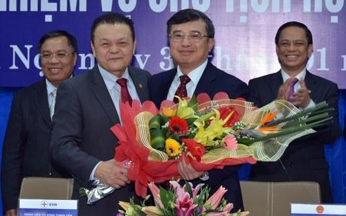 Thứ trưởng Bộ Công Thương, nguyên Chủ tịch EVN Hoàng Quốc Vượng bàn giao chức năng và nhiệm vụ Chủ tịch EVN cho ông Tổng giám đốc EVN Phạm Lê Thanh.