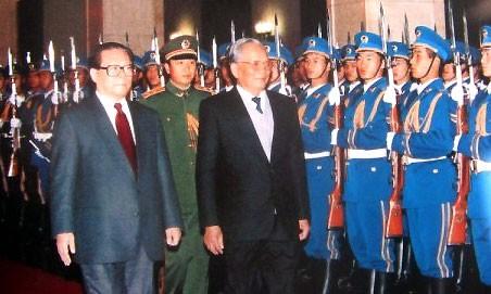 Ngày 9/11/1993 tại Đại lễ đường nhân dân Bắc Kinh, Chủ tịch nước Trung Quốc Giang Trạch Dân tổ chức lễ đón, chào mừng Chủ tịch nước Việt Nam Lê Đức Anh