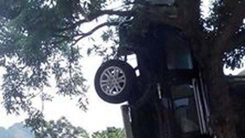 Sau cú đâm mạnh chiếc ô tô đầu đâm xuống đất chổng vó lên trời