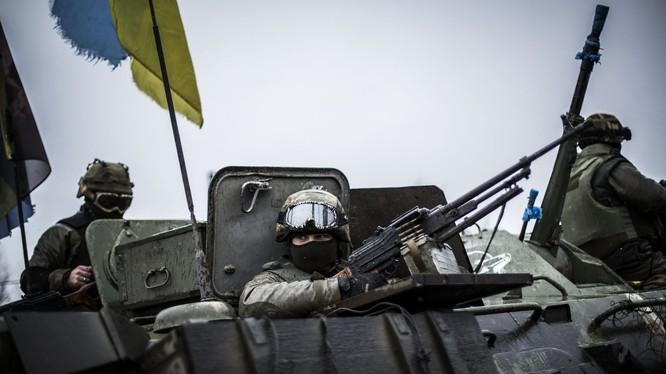 Lính Ukraine chiến đấu ở miền đông