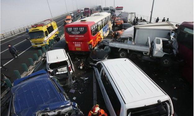Hiện trường vụ tông xe liên hoàn - Ảnh: AP