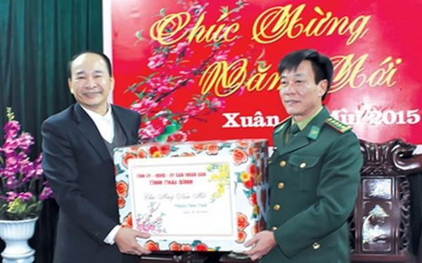 Ông Phạm Văn Sinh, Chủ tịch UBND tỉnh chúc Tết cán bộ, chiến sỹ Bộ Chỉ huy Bộ đội Biên phòng tỉnh. (Nguồn: thaibinh)