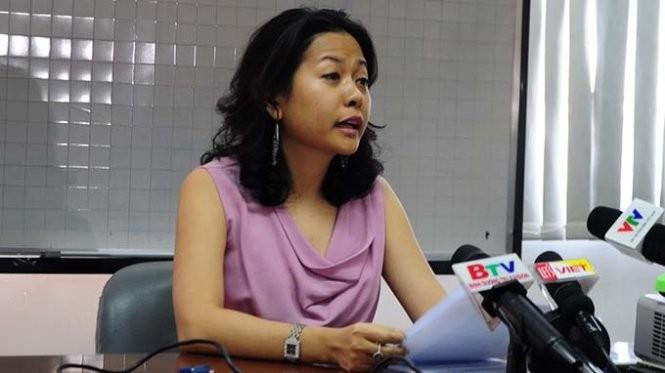 Bà Trần Uyên Phương - phó tổng giám đốc Công ty Tân Hiệp Phát - trả lời báo chí