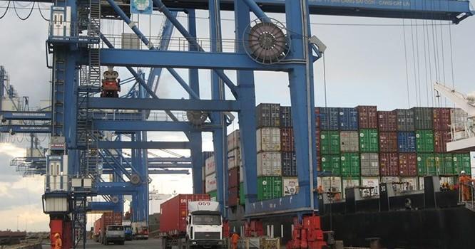 Hoạt động XNK ở cảng Cát Lái, TP.HCM.