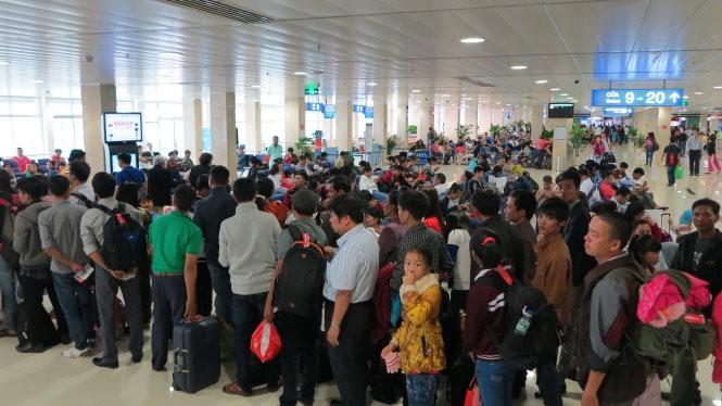 Hành khách rồng rắn xếp hàng ở sân bay Tân Sơn Nhất, chuẩn bị lên máy bay trong ngày cao điểm