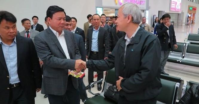 Bộ trưởng Đinh La Thăng chia tay hành khách của Vietjet đáp chuyến muộn đêm 30 Tết. Ảnh: mt.gov.vn