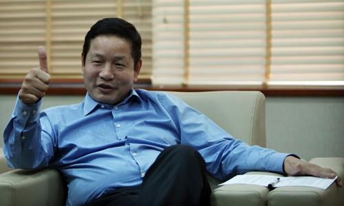 Chủ tịch Trương Gia Bình chia sẻ nhiều cuộc trao đổi tại Davos đều phải đứng.