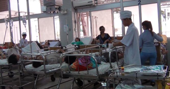 Bác sĩ của bệnh viện Chợ Rẫy chăm sóc y tế cho một bệnh nhân nhập viện vì tai nạn giao thông.