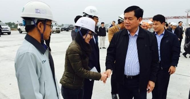 Bộ trưởng chúc Tết công nhân trên công trường dự án cao tốc Hà Nội - Hải Phòng