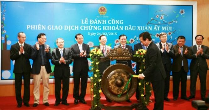 Thủ tướng Nguyễn Tấn Dũng đánh tiếng cồng khai trương phiên giao dịch đầu Xuân tại HNX.